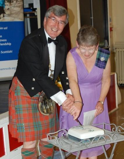 Elizabeth Gull and Andrew Kellett cutting the 60th Anniversary Cake